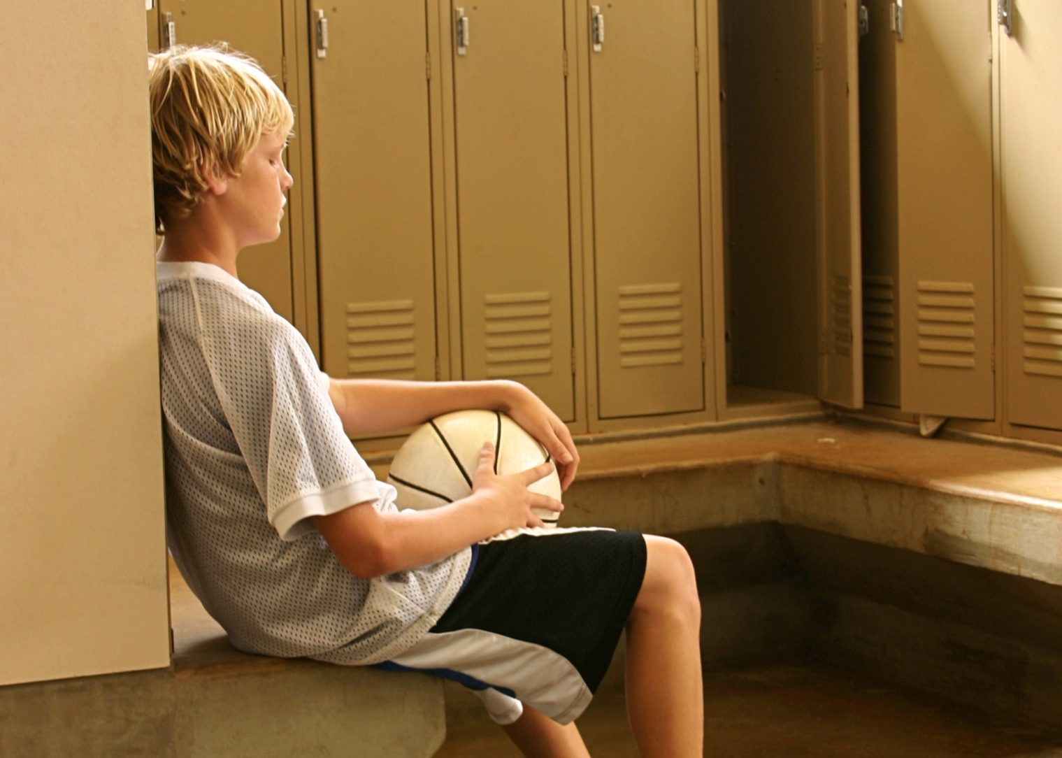 sad-basketball-kid-in-locker-room-cropped-e1460949638209.jpg (1519×1084)